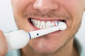 Mann beim Zähne putzen